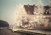 Hier ist Tütenholli groß geworden! Das Geburtshaus mit dem Opel Kapitän vor der Tür. (Farbe: Beige) Tütenhollis Vater steht vor dem Auto. Der Wagen am Straßenrand ist ein NSU Prinz.